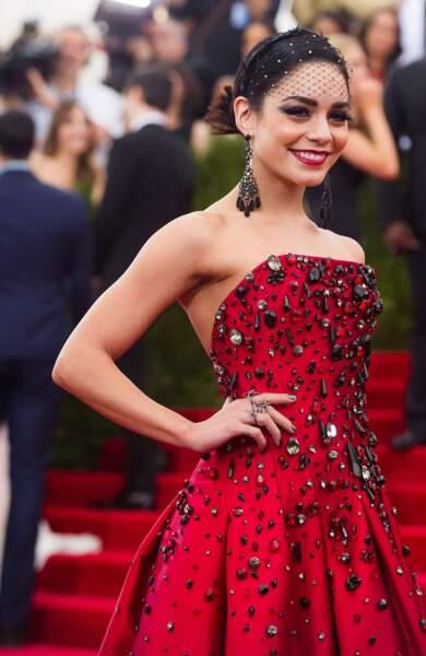 Vanessa Hudgens, ravissante dans sa robe rouge
