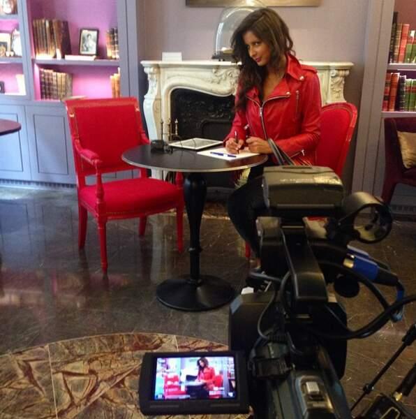Et on termine en beauté avec Malika Ménard, photographiée en plein tournage pour votre site préféré Télé-Loisirs.fr