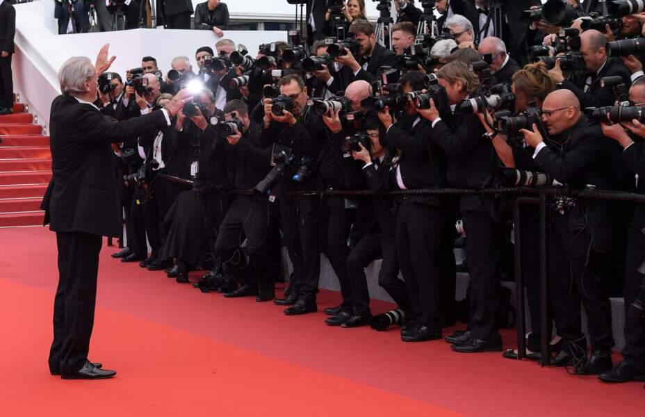 Alain Delon salue les photographes