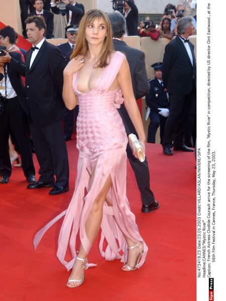Superbe effet « papier toilettes » pour la comédienne Clotilde Courau, toute de rose bonbon vêtue (2003)