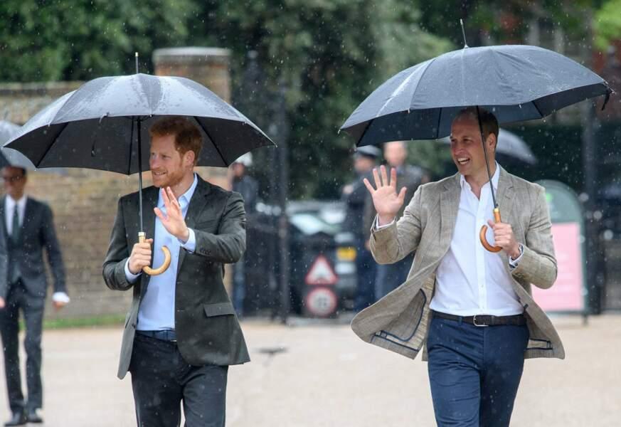 Les princes William et Harry ont rendu hommage à leur mère Diana à Kensington ce mercredi 30 août