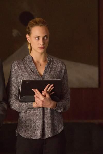 Dans la série Zoo (2015), elle incarne une agent des services secrets français