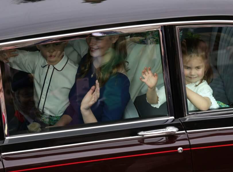 Le prince George et la princesse Charlotte saluent les badauds