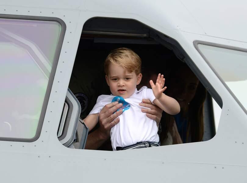 Un futur pilote ce petit prince George assis à la place du copilote