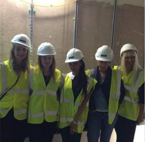 Oui, oui Victoria Beckham porte à merveille le gilet jaune et le casque de chantier