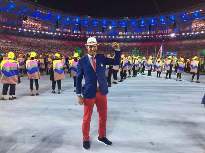 Porte-drapeau de l'Espagne, Rafael Nadal a sorti son plus beau costume pour l'occasion