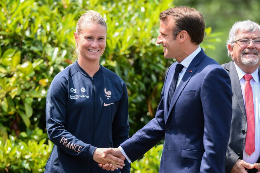 Le Président de la République a aussi serré la main à la capitaine, Amandine Henry