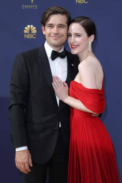 Jason Ralph (The Magicians) et Rachel Brosnahan sont flamboyants sur le tapis rouge