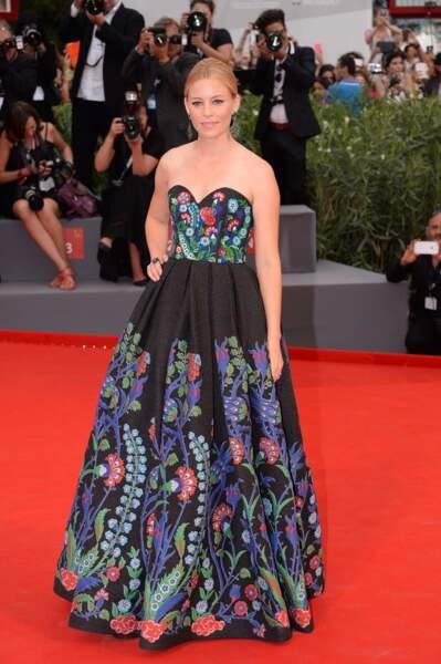 Elisabeth Banks dans une robe à l'imprimé éclatant