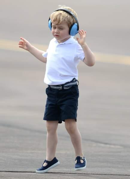 Le casque anti-bruit est obligatoire sur le tarmac de la base de la RAF même pour un royal baby