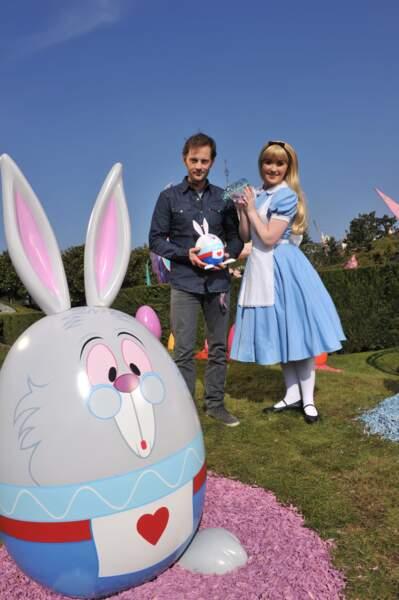 Nicolas Duvauchelle prend le thé avec Alice au Pays des Merveilles
