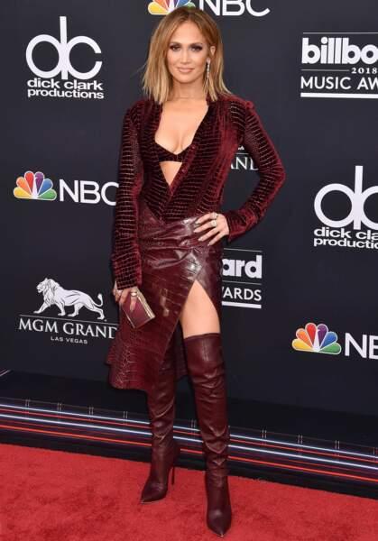 Total look vamp, en cuissardes, jupe fendue et chemise au décolleté vertigineux imprimé croco.