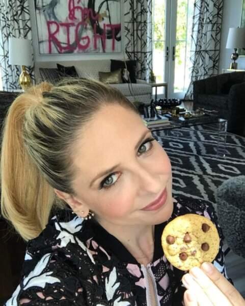 La vie fabuleuse de Sarah Michelle Gellar : l'actrice a posé avec un cookie.