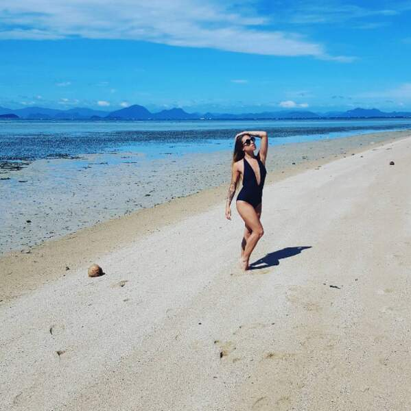 En voilà une jolie plage ! Lui évoque-t-elle son aventure de Koh-Lanta ?