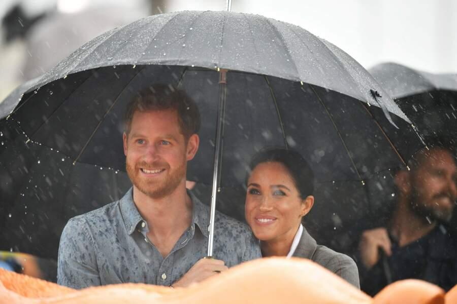 Un parapluie permet toujours de se rapprocher sous les averses
