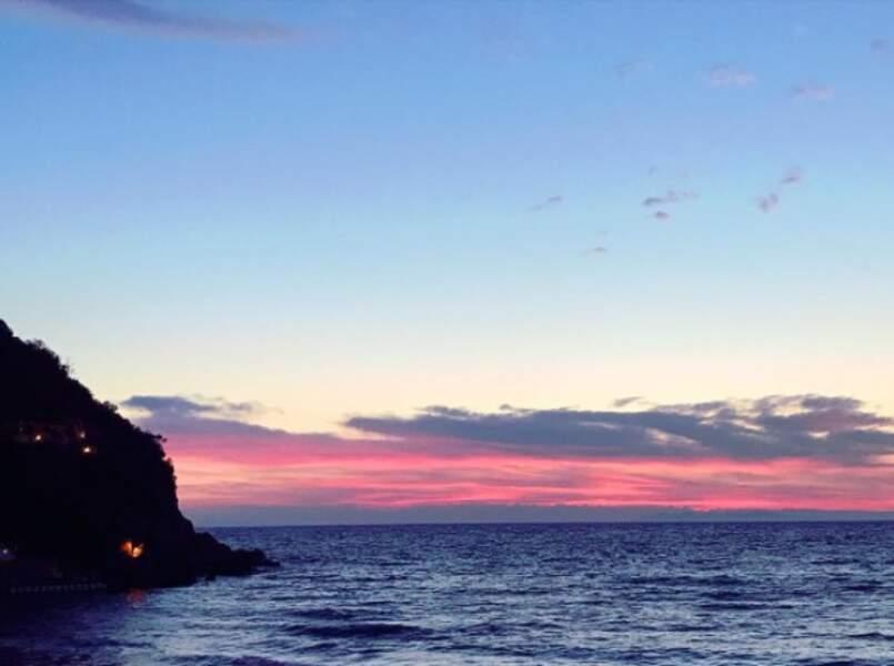 Le soir venu, c'est dîner (en amoureux ?) avec vue sur la mer...