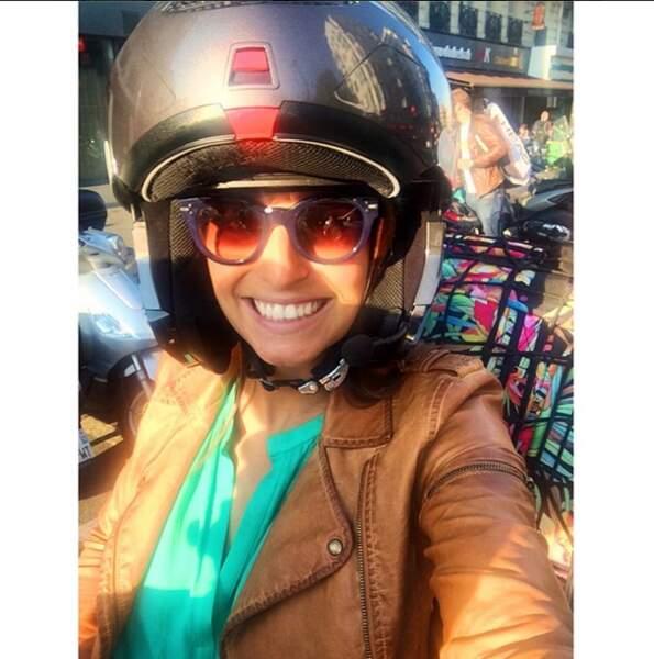 Sensations fortes toujours Laury Thilleman, qui enchaîne les trajets en scooter...