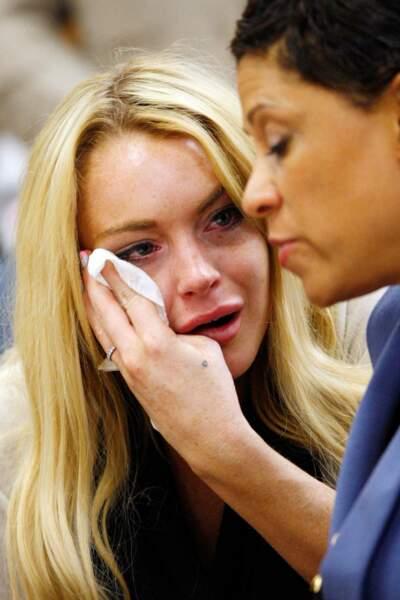Lindsay craque, aux côtés de son avocate, lors de son procès le 6 juillet 2010 pour conduite en état d'ivresse.