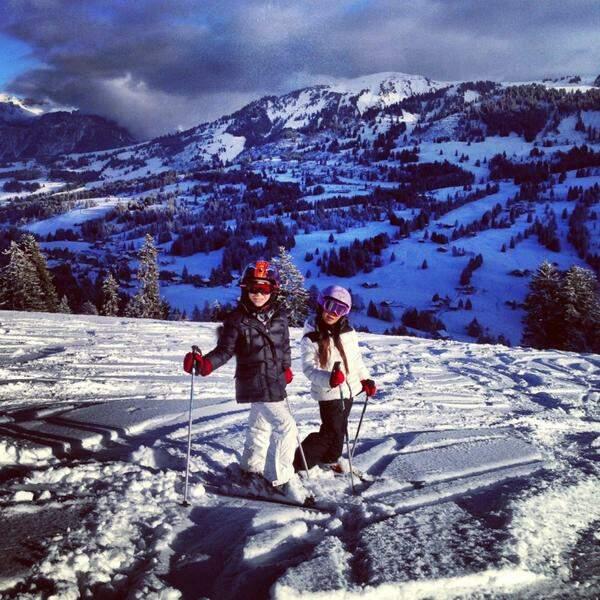 Johnny Hallyday, papa gâteau devant ses princesses sur leurs skis