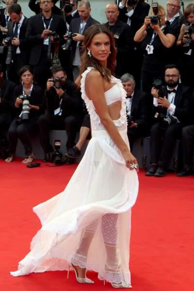 Le top model brésilien Alessandra Ambrosio a fait sensation