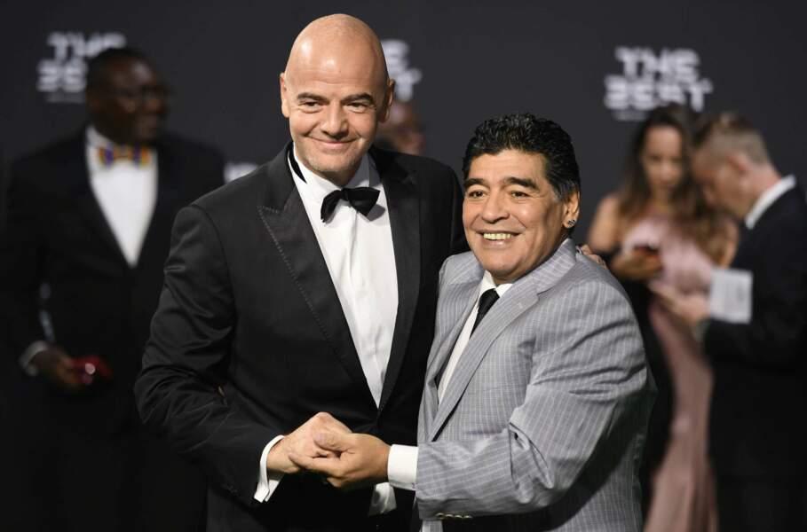 Poignée de main chaleureuse entre la légende Maradona et le président de la FIFA, Gianni Infantino