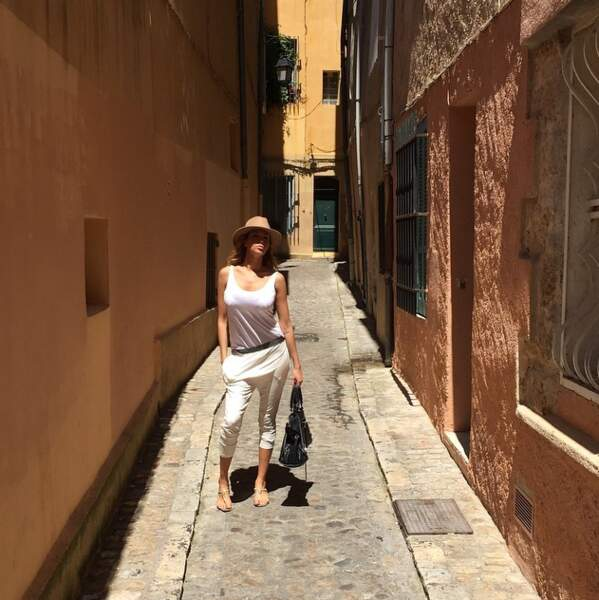 Et Nabilla a posé dans une ruelle...