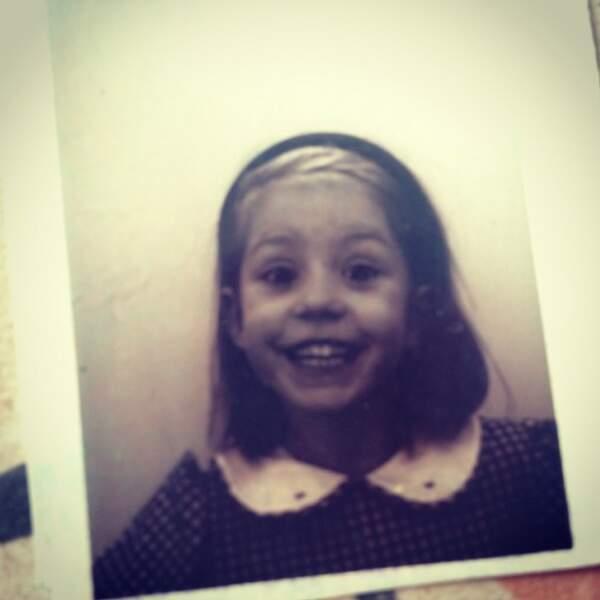 Qui est cette jeune fille avec cette petite bouille trop mimi ?