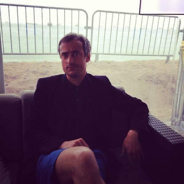Sébastien Thoen : short en bas, mais manches longues en haut (il fait un temps pourri à Cannes, na !)