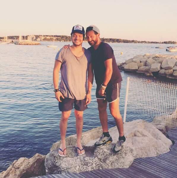Cyril Hanouna et Kev Adams sont raccord en casquette / t-shirt / short.