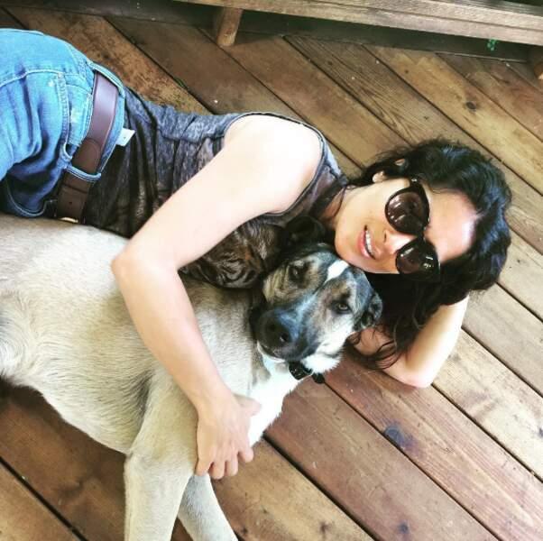 Salma Hayek a dépoussiéré le sol avec son chien.