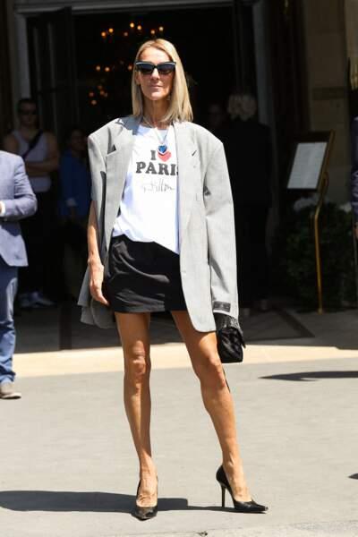 T-shirt blanc, mini noire, veste oversize grise... une journée plutôt sobre