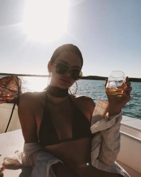 Bref, cocktails, bateau et soleil : les BFF s'éclatent dans ce lieu tenu secret...