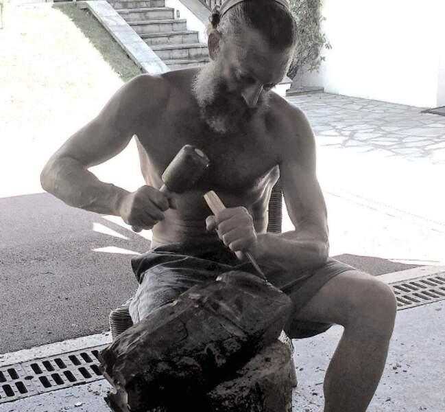 Cours de sculpture pour Vincent Cassel à Tahiti...