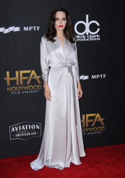 Angelina Jolie toujours aussi mince si l'on en juge par ses poignets...