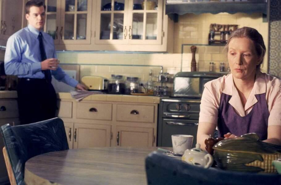Ruth Fisher (Frances Conroy) dans sa cuisine, peu après le décès de son mari