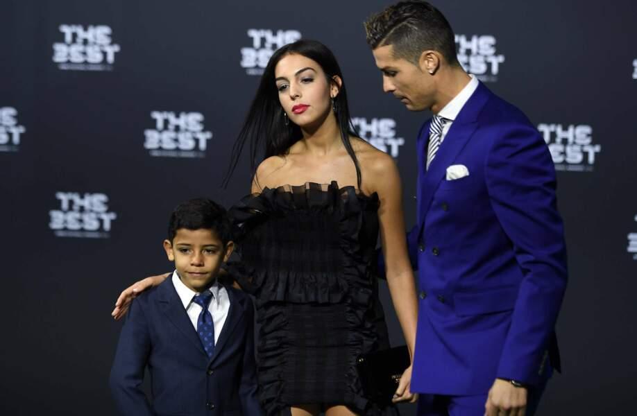 Cristiano Ronaldo, grand gagnant de la cérémonie, avec son fils et sa nouvelle copine Georgina Rodriguez