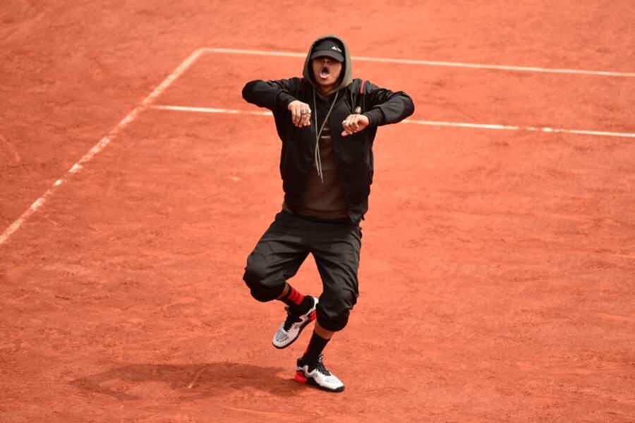 Des danseurs font leur show sur la terre battue de Roland-Garros