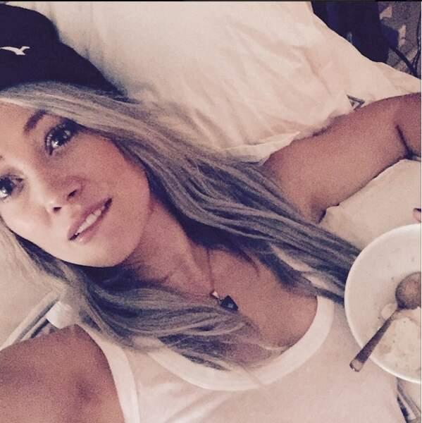 Selfie au lit également pour Hilary Duff