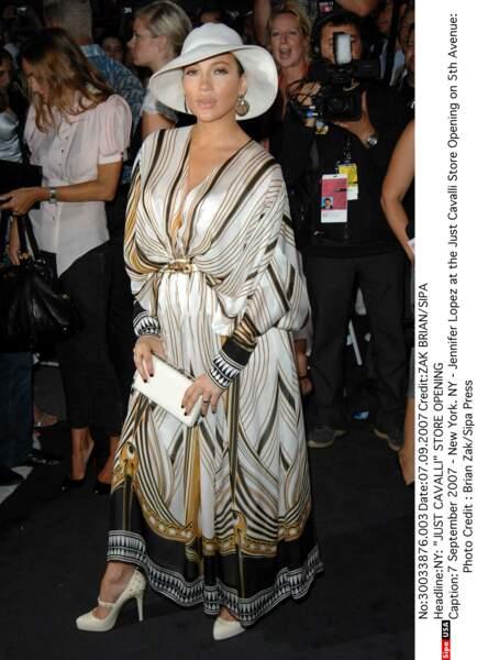 C'est en robe signé Roberto Cavalli qu'elle est apparue pour l'ouverture de la boutique Just Cavalli.