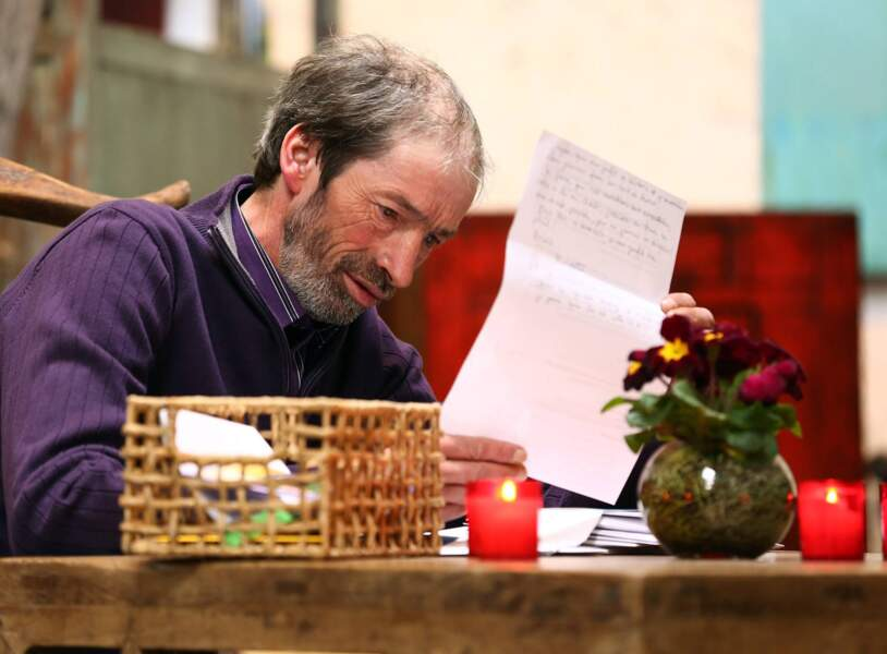 Jean-Louis est très concentré quand il lit les lettres de ses prétendantes.