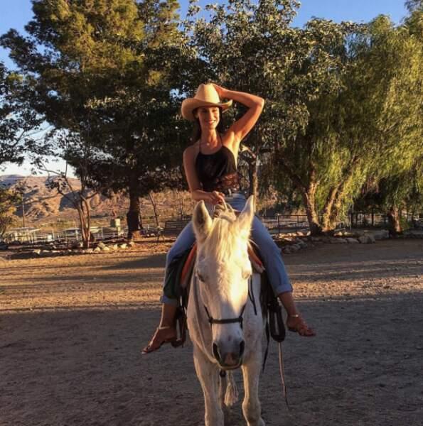 Elle a récemment appris à monter à cheval