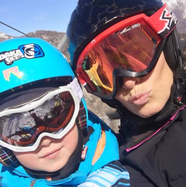 Il s'essaie au ski en attendant...