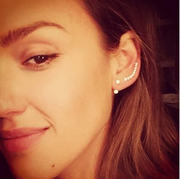 Les boucles d'oreilles de Jessica Alba, vous aimez ?