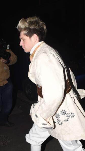 Ne bougez plus, on a trouvé le Prince Charmant : Niall Horan, membre des One Direction, à un anniversaire déguisé.