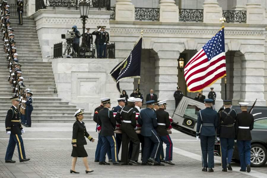 Le cercueil a d'abord été transporté du Capitole vers la cathédrale de Washington