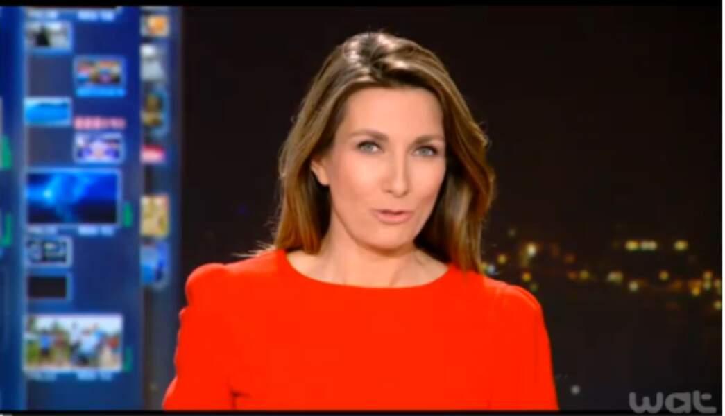 Anne-Claire Coudray a osé le rouge, couleur de la femme fatale... ou des fêtes de Noël !