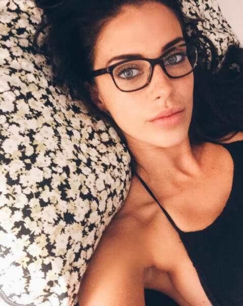 Jessica Lowndes affectionne visiblement les selfies au lit