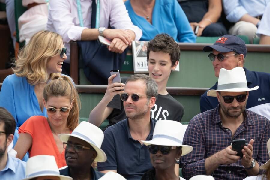 Le fils de Julie Gayet en a profité pour prendre un selfie avec Woody Harrelson…