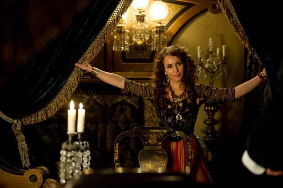 Dans le film, elle incarne une gitane aventurière.