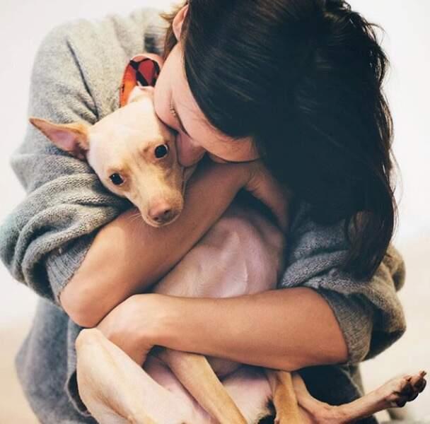 Natoo fait un gros câlin à sa chienne, Lola